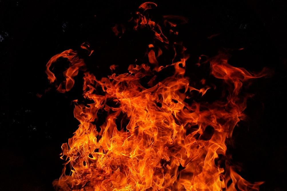 Grote brand bij akkerbouwbedrijf in Munnekezijl, oogst verloren