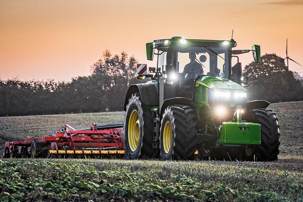 John Deere's 7R 350 AutoPowr is Tractor of the Year op EIMA 2021